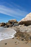 L'uomo sul colore lapida la spiaggia Fotografia Stock Libera da Diritti