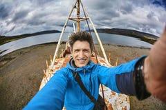 L'uomo sulle SEDERE 64 di Gardar spedisce il relitto in Islanda Immagine Stock