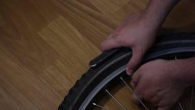 L'uomo svita il cappuccio dalla macchina fotografica della bicicletta archivi video