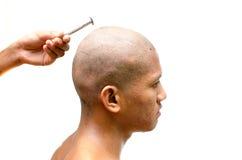 L'uomo tailandese ottiene la sua testa rasa. Immagini Stock