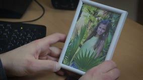 L'uomo tiene delicatamente l'immagine della sua amica archivi video