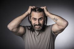L'uomo tiene i suoi capelli lunghi fotografia stock libera da diritti