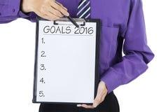 L'uomo tiene la lavagna per appunti con gli scopi per 2016 Fotografia Stock
