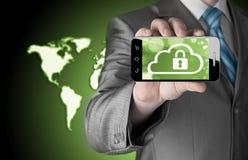 L'uomo tiene lo Smart Phone con il concetto di sicurezza della nuvola Immagini Stock