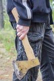 L'uomo tiene un'ascia Fotografia Stock Libera da Diritti