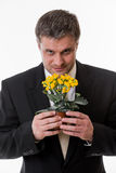 L'uomo tiene un fiore in mani Immagini Stock Libere da Diritti