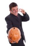 L'uomo tiene una banca piggy Immagine Stock