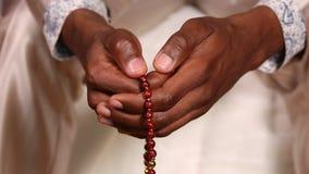 L'uomo tocca il rosario stock footage