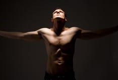 l'uomo topless munisce spalancato Fotografie Stock Libere da Diritti