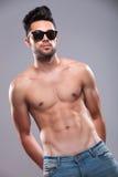 L'uomo topless si tiene per mano in tasche posteriori Immagini Stock Libere da Diritti
