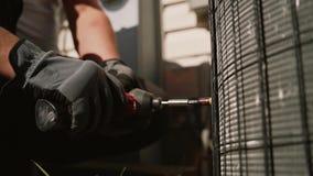L'uomo torce la vite con un cacciavite Fine in su Movimento lento archivi video