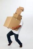 L'uomo trasporta le caselle Immagini Stock