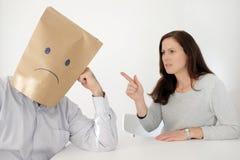 L'uomo triste soffre dal suo partner abusivo fotografia stock
