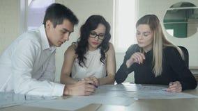 L'uomo unisce la tavola ad una riunione degli impiegati nell'ufficio stock footage