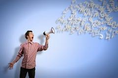 L'uomo urla in un megafono Fotografie Stock