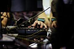 L'uomo utilizza il computer portatile Fotografia Stock