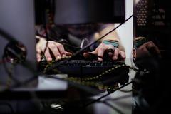 L'uomo utilizza il computer portatile Fotografia Stock Libera da Diritti