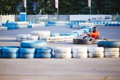 L'uomo va carting sulla gara motociclistica su pista fotografie stock