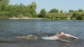L'uomo va contro la corrente nel lasso di tempo del fiume stock footage