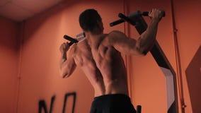 L'uomo va dentro per gli sport, forma fisica nella palestra archivi video