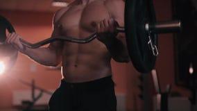 L'uomo va dentro per gli sport, forma fisica nella palestra video d archivio