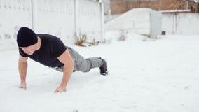 L'uomo va dentro per gli sport in un inverno nevoso, flessione stock footage