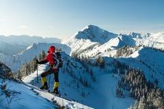 L'uomo va sugli sci in salita Fotografie Stock