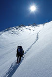 L'uomo va sulla cima della montagna Fotografia Stock Libera da Diritti