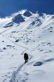 L'uomo va sulla cima della montagna Immagine Stock Libera da Diritti