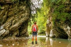 L'uomo va in un canyon nella giungla Fotografie Stock Libere da Diritti