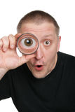 L'uomo vede il gla attraverso d'ingrandimento Fotografie Stock Libere da Diritti