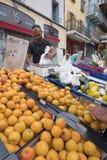 L'uomo vende le albicocche e l'altra frutta sul mercato dell'aria aperta di briancon nell'Alta Provenza francese Immagini Stock Libere da Diritti