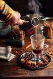 L'uomo versa il caffè in tazza Fotografia Stock Libera da Diritti