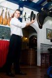 L'uomo in vestiti tradizionali da flamenco balla durante la Feria de Abril su April Spain immagini stock
