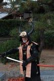 L'uomo in vestito dal samurai, turista può essere prende una foto per tenere un memoriale al castello di Himeji Fotografia Stock