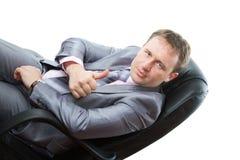 L'uomo in vestito grigio di affari mostra il positivo Fotografia Stock Libera da Diritti