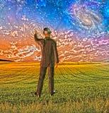 L'uomo in vestito tocca il cielo Fotografie Stock Libere da Diritti