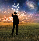 L'uomo in vestito tocca il cielo che crea le ondulazioni Immagini Stock Libere da Diritti