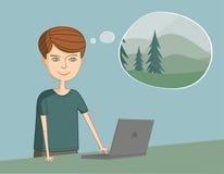 L'uomo vicino al computer portatile pensa alla vacanza e al natu Immagine Stock
