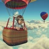 L'uomo vola con la mongolfiera Fotografia Stock