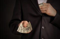 L'uomo vuole dargli i soldi Fotografie Stock Libere da Diritti
