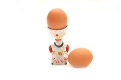 L'uovo bollito si siede in un portauovo di ceramica Fotografie Stock Libere da Diritti