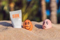 L'uovo bruciato ha spalmato lo schermo di sole e l'uovo bruciato non era Fotografie Stock Libere da Diritti