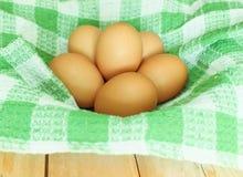 L'uovo del pollo e collega la stuoia sul canestro Fotografia Stock Libera da Diritti