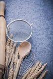 L'uovo di legno del matterello del cucchiaio delle orecchie della segale del grano sbatte il setaccio Fotografia Stock