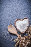 L'uovo di legno della farina della ciotola del cucchiaio del grano delle orecchie dorate della segale sbatte Fotografia Stock Libera da Diritti