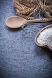L'uovo di legno della farina della ciotola del cucchiaio del mazzo delle orecchie della segale del grano sbatte Immagine Stock Libera da Diritti