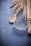 L'uovo dorato del matterello del cucchiaio delle orecchie della segale del grano sbatte il setaccio Fotografia Stock Libera da Diritti