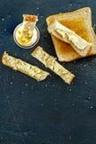 L'uovo sodo ed il pane tostato molli impanano la fetta con il concetto della prima colazione del burro fotografie stock
