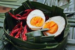 L'uovo sodo sulla noce di cocco lascia il canestro Immagini Stock Libere da Diritti